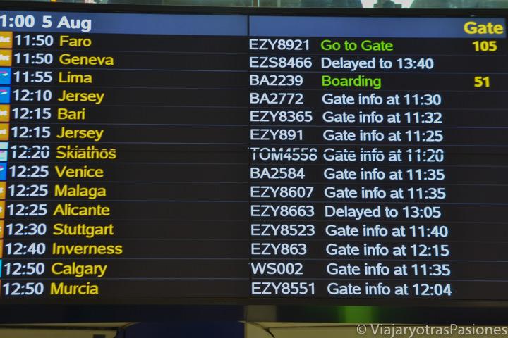 Pantalla de los horarios en el aeropuerto de Gatwick en Londres