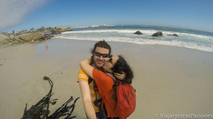Pareja feliz en la playa de Clifton cerca de la Península del Cabo en Sudáfrica