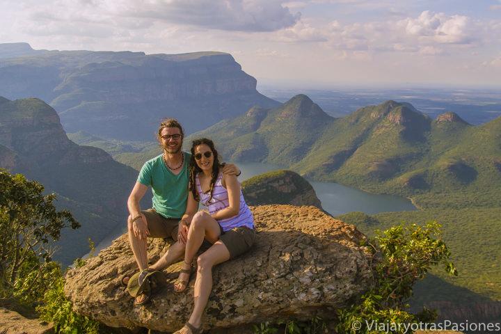 Posando delante de los Three Rondavels en el Blyde River Canyon en Sudáfrica