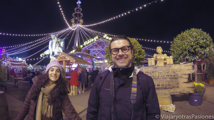 Pareja alegre en Winter Wonderland en Navidad en Londres en Inglaterra