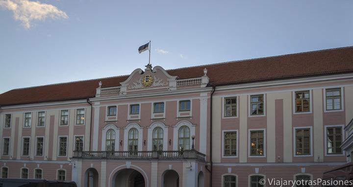 Fachada rosa del parlamento de Tallin en un día en Estonia