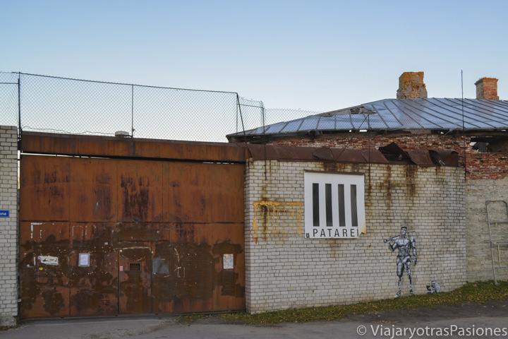 Entrada de la prisión de Patarei en Tallin en un día en Estonia