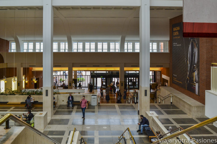 La famosa y preciosa main hall de la National Library en Londres en Inglaterra