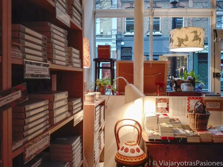 Precioso interior de la librería Persephone Books en Londres en Inglaterra