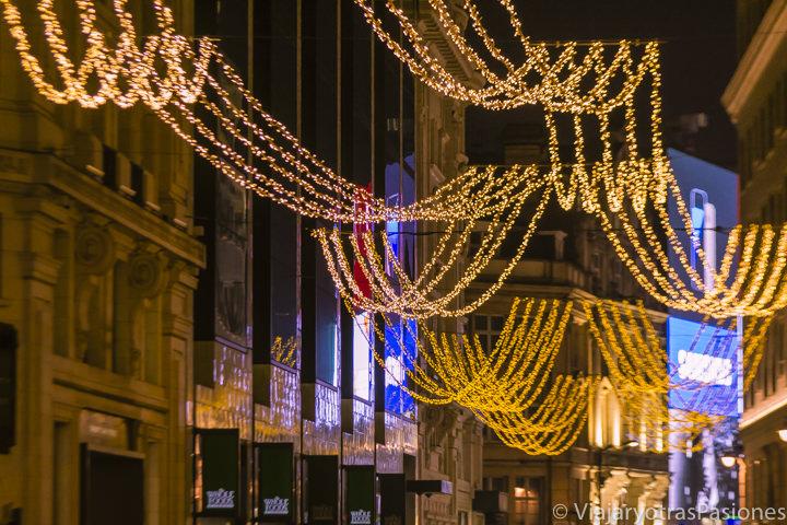 Luces navideñas cerca de Piccadilly Circus en Navidad en Londres en Inglaterra