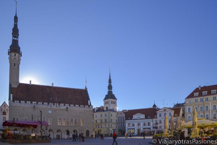 Espectacular plaza del Ayuntamiento en Tallin en Estonia