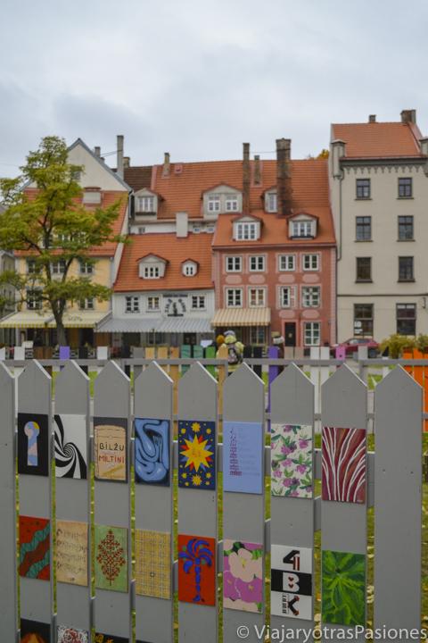 Colorido detalle de una plaza del casco antiguo de Riga, Letonia