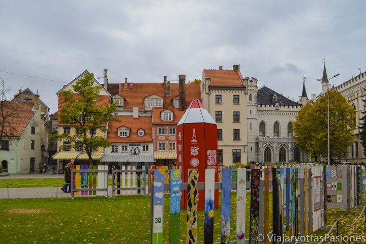 La preciosa plaza Livu en el casco histórico de Riga en dos días en Letonia