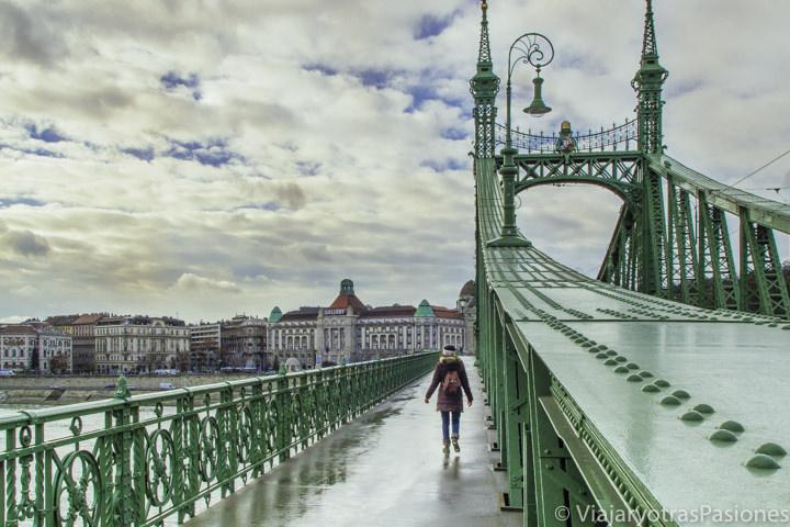 Persona cruzando el Puente de la Libertad en el viaje a Budapest en tres días