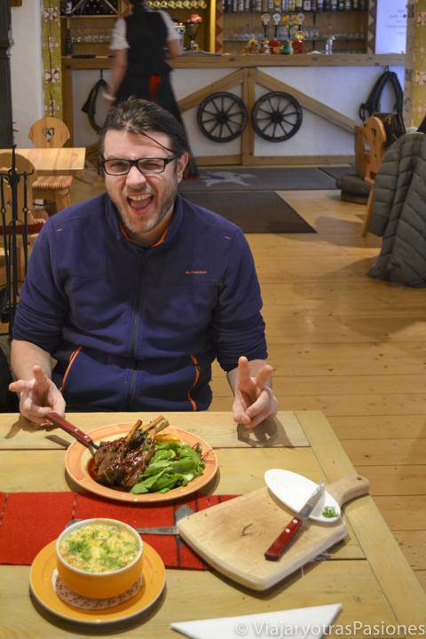 Alegría frente a buena comida en Tallin en Estonia