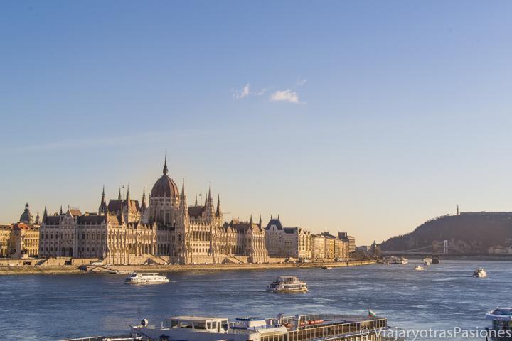 Maravilloso atardecer frente al Parlamento de Budapest y el río Danubio en Hungría