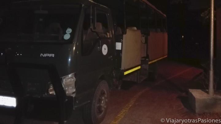 Camión para hacer el safari nocturno en el Parque Kruger en Sudáfrica