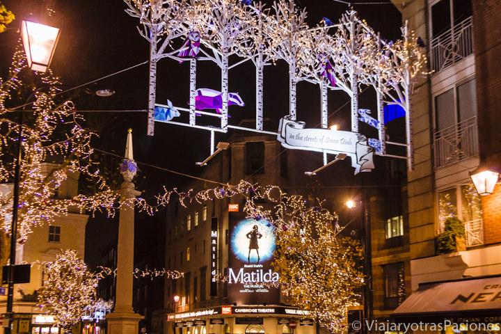 Iluminación de Navidad en Seven Dials en Londres en Inglaterra