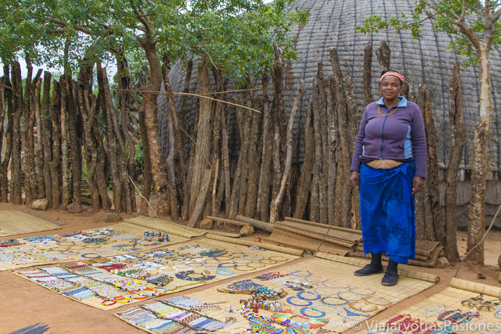 Mujer Zulu en Shakaland con artesanía típica para el presupuesto de viaje a Sudáfrica