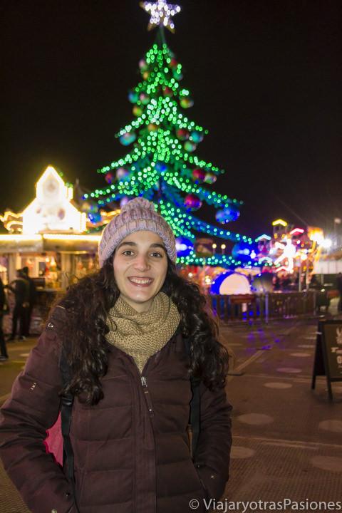 Retrato delante de un arbol de Navidad para visitar Winter Wonderland en Londres en Inglaterra