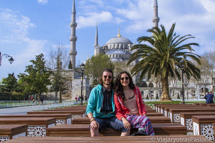 Retrato delante de la Mezquita Azul, en Estambul