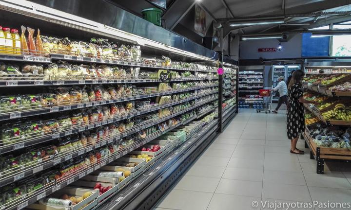 Supermercado lleno de comida esencial para el presupuesto de viaje a Sudáfrica
