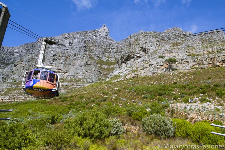 Teleférico para Table Mountain cerca de Ciudad del Cabo en Sudáfrica