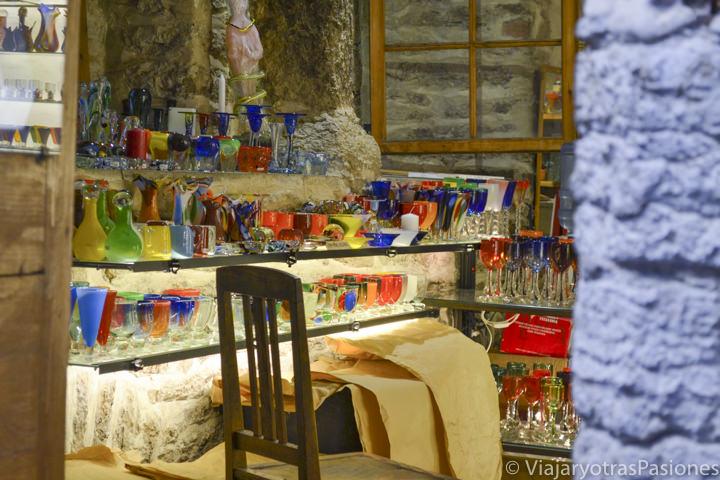 Interior de una bonita tienda de vidrio de colores en el pasaje de Santa Catalina en Tallin en un día en Estonia
