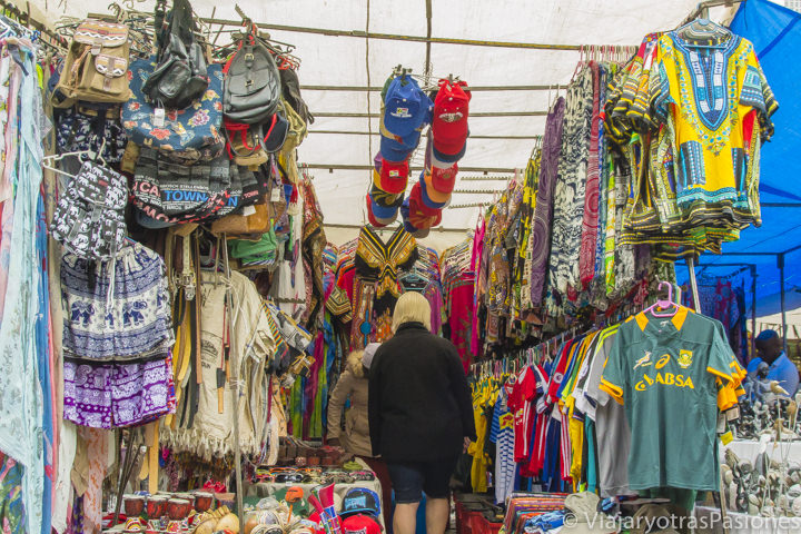 Tienda de ropa tradicionales en Greenmarket Square en Ciudad del Cabo en Sudáfrica