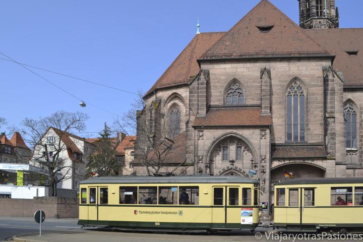 Transporte publico en el centro de Núremberg en Alemania
