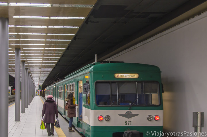 Típico tren de la metro de Budapest en Hungría