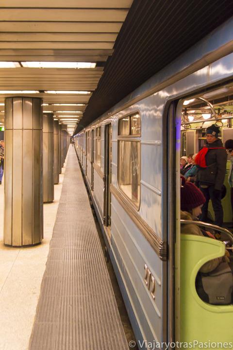 Llegada de un tren en una estación de la metro de Budapest, Hungría