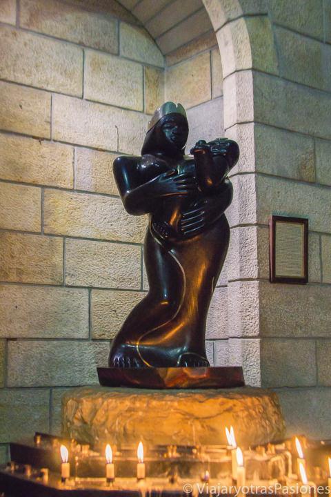 La bonita estatua de la Virgen Negra en la catedral anglicana de Ciudad del Cabo en Sudáfrica