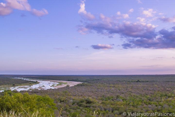 Atardecer con colores preciosos en el Parque Kruger viajando en Sudáfrica por libre