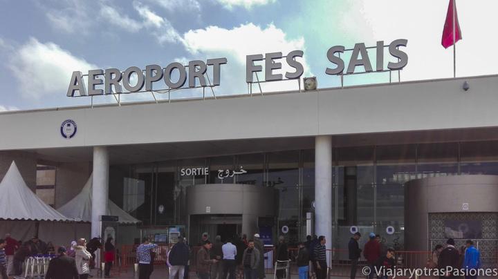 Frente a la entrada del aeropuerto de Fez en Marruecos