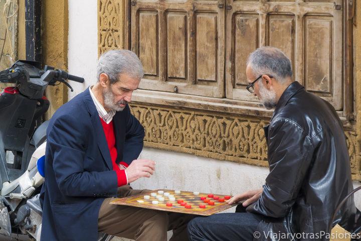 Dos hombres marroquí jugando al ajedrez en la medina de Rabat en Marruecos
