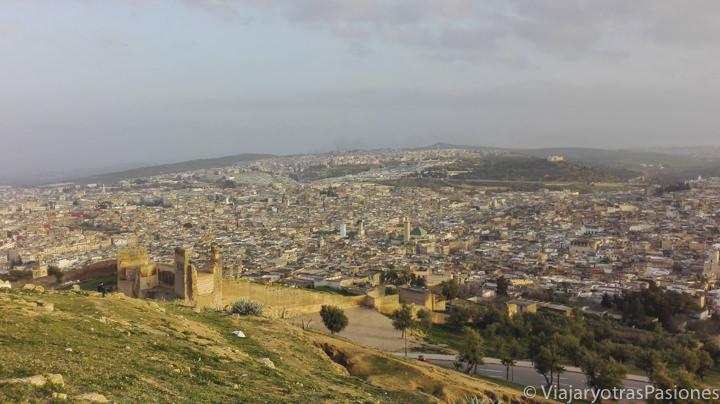 Imagen panorámica de la ciudad de Fez desde la necrópolis de Merinide en Marruecos