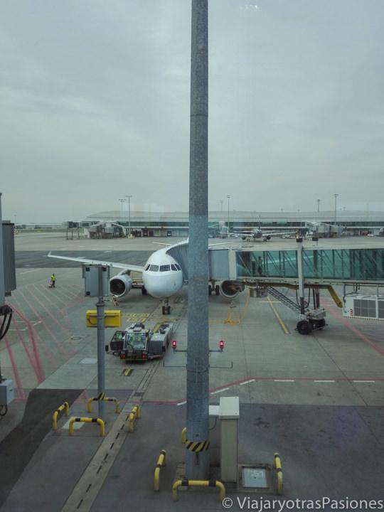 Avión listo para salir en el aeropuerto de Praga, República Checa