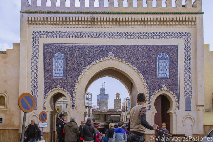 La famosa puerta azul de Bab Boujeloud en Fez en Marruecos