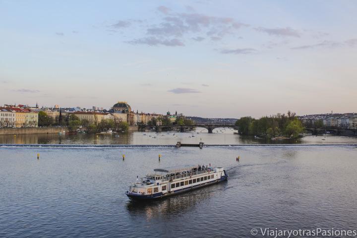 Imagen de un barco para el crucero en el río Moldova en Praga
