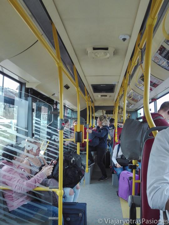 Interior del bus para llegar al centro de Praga desde el aeropuerto en República Checa