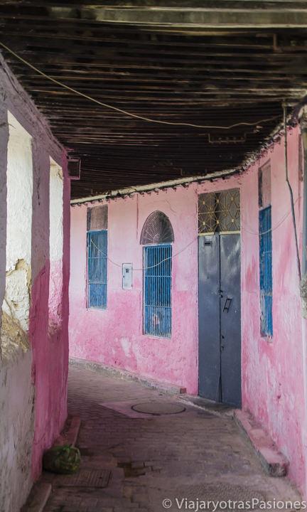 Espectacular callejón rosa den Fez el Jdid, en Fez en Marruecos