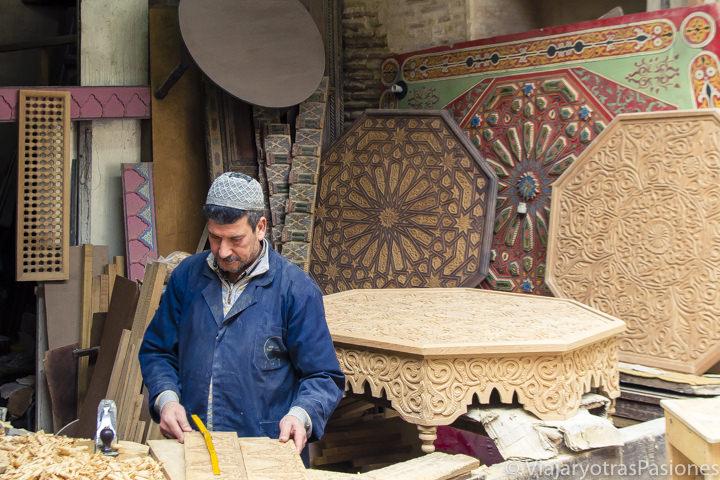 Trabajador en el zoco de los carpinteros en la medina de Fez en Marruecos