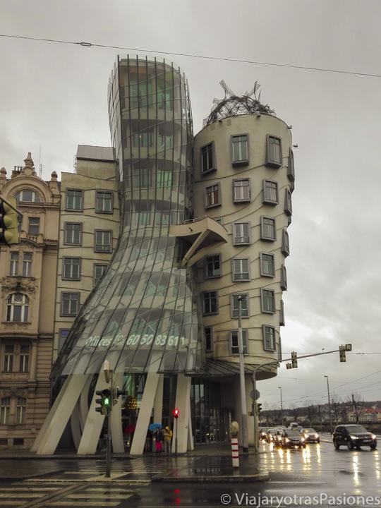 Fachada de la famosa Casa Danzante en Praga, República Checa