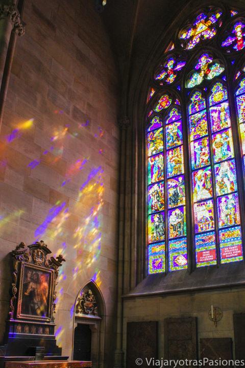 Hermosa colorida vidriera en el interior de la catedral de San Vito en Praga