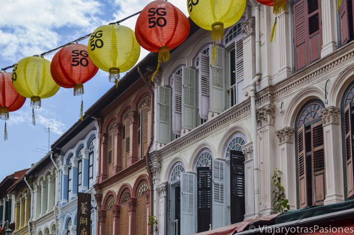Bonito detalle de ventanas y casas coloniales en Chinatown en Singapur en un día
