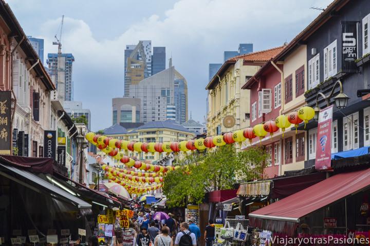 Bonita vista del barrio de Chinatown y rascacielos en Singapur en un día