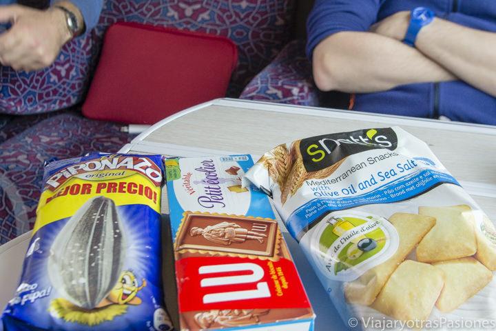 Comiendo chuces en el tren entre Rabat y Fez en Marruecos