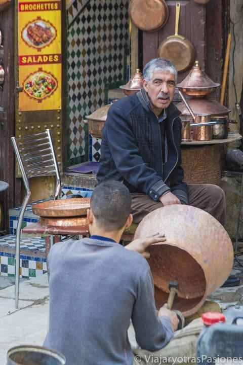 Trabajadores en la Plaza Seffarine en la medina de Fez en Marruecos