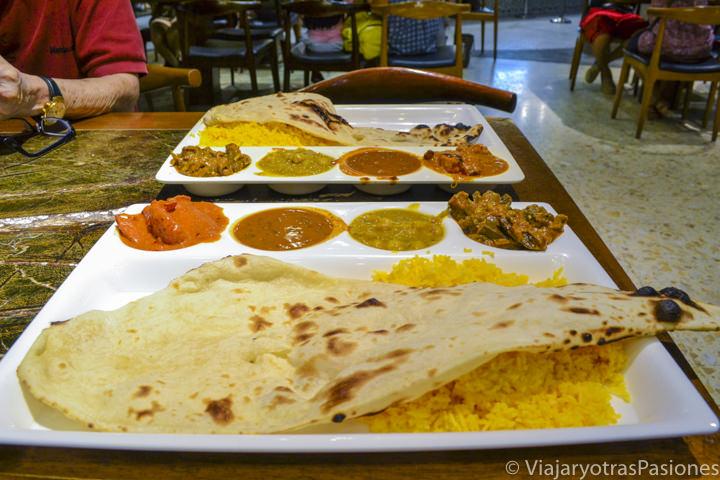 Comida india en un food court en un centro comercial de Singapur