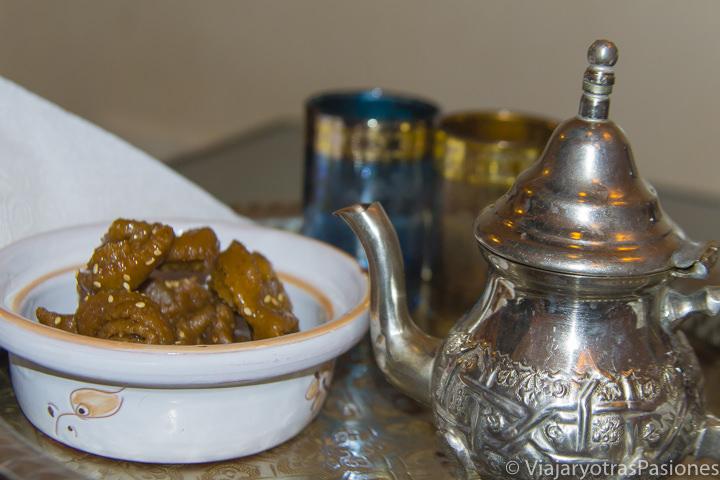 Sabrosos datiles y infusión en el Riad Sakina en Rabat en Marruecos