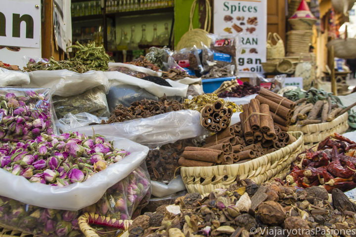 Coloradas especias en el zoco de la medina de Fez en Marruecos