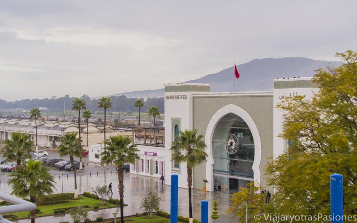 Vista panoramica de la estación de trenes en la Ville Nouvelle en Fez en Marruecos