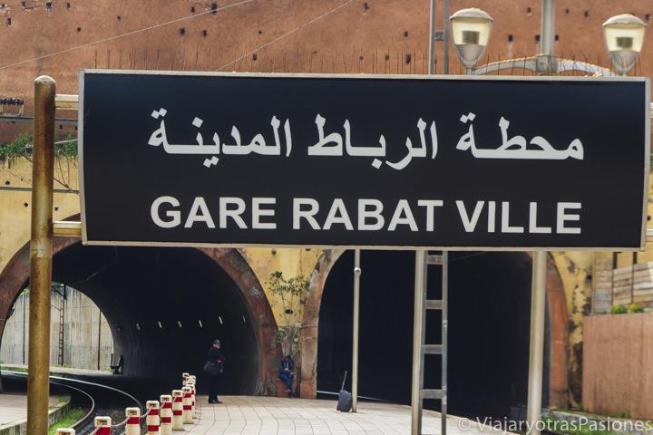 Letrero en la estación de trenes de Rabat en Marruecos