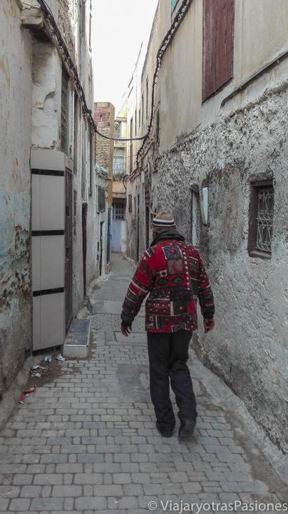 Falso guía en el barrio judío de Fez en Marruecos